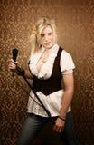 喜剧演员话筒俏丽的歌唱家年轻人 库存照片