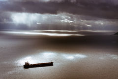 喜怒无常的天空和地中海有离开直布罗陀的船的 库存图片