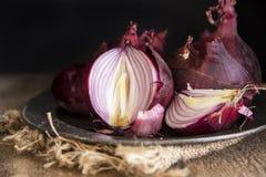 喜怒无常的新鲜的红洋葱的自然光葡萄酒减速火箭的样式图象 库存图片