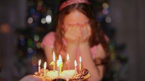 喜悦与他的注视闭合的女孩少年敬佩蛋糕以纪念生日 股票录像