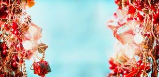 喜悦在红色蓝色的圣诞节背景与亮光和闪耀bokeh,框架 免版税库存照片