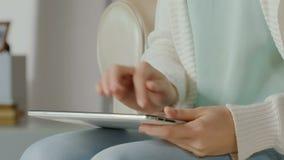 喜悦的女性在片剂计算机上的客户键入的购买回顾,在家运转 股票录像
