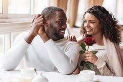 喜悦的非裔美国人的夫妇有日期在咖啡馆 免版税库存图片