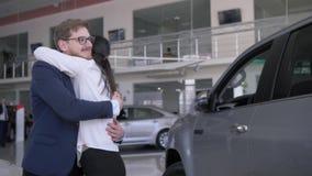 喜悦礼物汽车,人的情感做意外对于有闭上的眼睛的心爱的女孩并且给新的汽车和她笑 影视素材