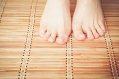 喜欢在地板上的美好的妇女腿 在白人妇女的背景美好的查出的行程 图库摄影