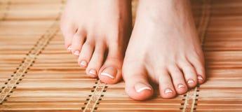 喜欢在地板上的美好的妇女腿 图库摄影