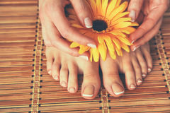 喜欢在地板上的美好的妇女腿 免版税库存图片