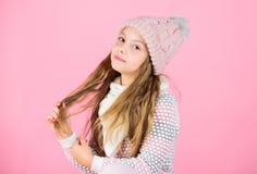 喜欢的技巧被编织的服装 儿童长发温暖的软的羊毛帽子享受软性 孩子女孩穿戴软绵绵地编织了 免版税库存照片