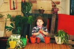 喜欢盆的花的一个小女孩 免版税库存图片