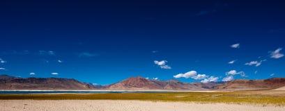 喜马拉雅山与盐湖Tso Kar的山风景 库存照片