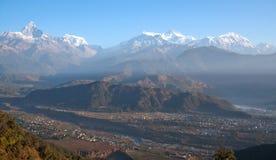 喜马拉雅山从Sarangkot小山,尼泊尔的山脉 免版税库存照片