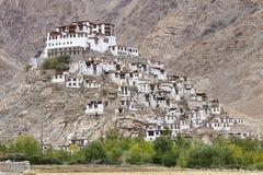 喜马拉雅山和Chemrey gompa,佛教徒修道院在拉达克,印度 免版税库存照片