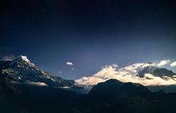 喜马拉雅山在夜空的雪峰顶 免版税图库摄影