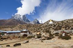 喜马拉雅山尼泊尔 Dingboche,在途中的一个小的村庄对珠穆琅玛营地 免版税库存图片