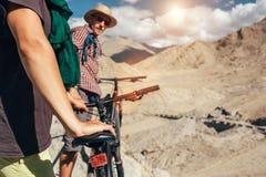 喜马拉雅山山的自行车游人 库存图片