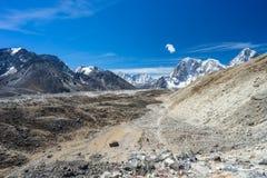 喜马拉雅山山风景和足迹对珠穆琅玛营地,国家环境政策法案 免版税图库摄影