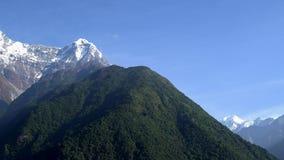 喜马拉雅山山风景在安纳布尔纳峰地区 在喜马拉雅山范围,尼泊尔的安纳布尔纳峰和鱼尾峰峰顶 股票视频