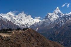 喜马拉雅山山风景在珠穆琅玛地区,尼泊尔 免版税图库摄影