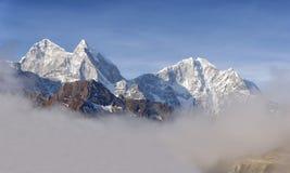 喜马拉雅山的山风景 高峰Kangtega和Thamserku 东尼泊尔 库存照片