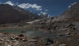 喜马拉雅山的巨大的高山冰川:沉积的强有力的棕色冰碛下降多山冰冷的峰顶,为 库存图片