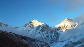 喜马拉雅山的看法日落的与珠穆琅玛峰顶在录影结束时 股票录像