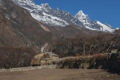 喜马拉雅山的看法从村庄Phortse的 免版税库存照片