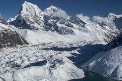 喜马拉雅山的美丽的景色从Gokyo Ri的 免版税库存图片