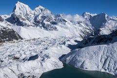 喜马拉雅山的美丽的景色从Gokyo Ri的 免版税库存照片