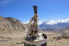 喜马拉雅山美丽的景色与头骨的 库存照片