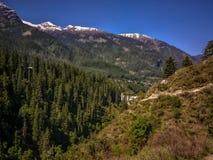 喜马拉雅山美丽的景色在迁徙的路线的到Kheerganga, Nakthan, Parvati谷,印度 免版税库存照片