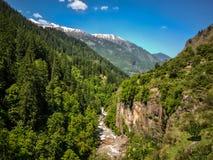 喜马拉雅山美丽的景色在迁徙的路线的到Kheerganga, Nakthan, Parvati谷,印度 库存图片