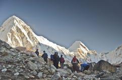 喜马拉雅山背包徒步旅行者 库存图片