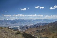 喜马拉雅山脉和Leh拉达克绿色山谷巨大看法  库存照片