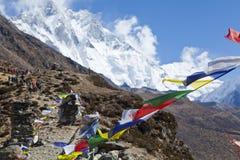 喜马拉雅山,祷告旗子,被串起沿山土坎和峰顶上流在喜马拉雅山 库存照片