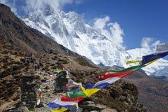 喜马拉雅山,祷告旗子,被串起沿山土坎和峰顶上流在喜马拉雅山 免版税库存图片