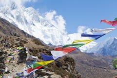 喜马拉雅山,祷告旗子,被串起沿山土坎和峰顶上流在喜马拉雅山 免版税库存照片