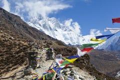 喜马拉雅山,祷告旗子,被串起沿山土坎和峰顶上流在喜马拉雅山 库存图片