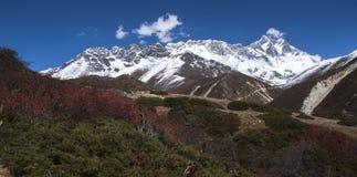 喜马拉雅山(在右边的洛子峰的)看法从Somare 免版税库存照片