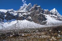 喜马拉雅山(Awi, Cholatse, Tabuche峰顶)的看法从Pherich 免版税图库摄影