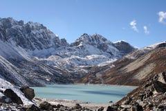 喜马拉雅山ngozumba tsho 免版税图库摄影