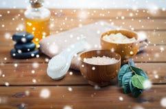 喜马拉雅桃红色盐、按摩刷子和毛巾 库存照片