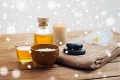 喜马拉雅桃红色盐、按摩油和毛巾 库存图片