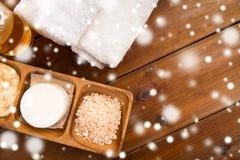 喜马拉雅桃红色盐、肥皂酒吧和毛巾 库存照片