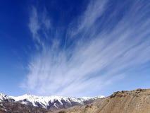 喜马拉雅范围在天堂般的天空下 库存图片