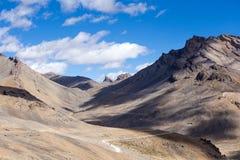 喜马拉雅风景在沿Manali-Leh高速公路的喜马拉雅山 喜马偕尔邦,印度 免版税库存图片