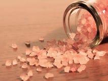 喜马拉雅水晶盐在传统用碘处理的sa是优越 免版税图库摄影