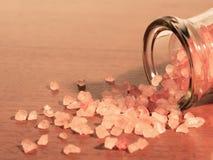喜马拉雅水晶盐在传统用碘处理的sa是优越 免版税库存图片