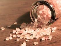 喜马拉雅水晶盐在传统用碘处理的sa是优越 免版税库存照片