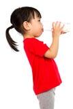 喝一个杯子牛奶的亚裔矮小的中国女孩 库存图片