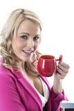 喝一个杯子茶的年轻女商人 库存图片